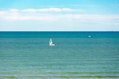 Łódź w Mediterraneanblue wodzie morskiej Zdjęcia Royalty Free