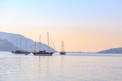 Łódź w morzu z góry tłem w ranku Zdjęcie Royalty Free