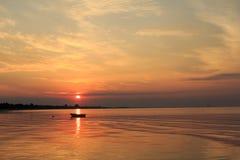 Łódź w oceanie przy wschodem słońca Zdjęcie Royalty Free
