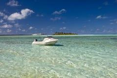 Łódź w płyciznie, tropikalna woda w lagunie. Obrazy Stock