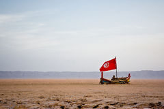 Łódź w piaskowatym morzu Zdjęcie Royalty Free