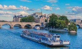Łódź w rzecznym Sena Paryż zdjęcia royalty free