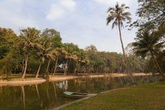 Łódź w tropikalnym jeziorze w Hanoi Zdjęcia Stock