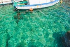Łódź w turkusowej wodzie morskiej na Kalymnos wyspie Obrazy Royalty Free