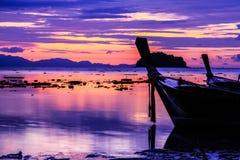 Łódź w wschód słońca tle, Południe Tajlandia Fotografia Stock