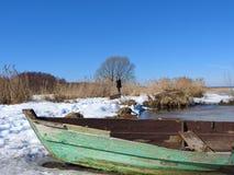 Łódź w zimie na brzeg jeziorny Pleshcheyevo, Pereslavl Zalessky, Yaroslavl region, Rosja na jasnym dniu fotografia royalty free