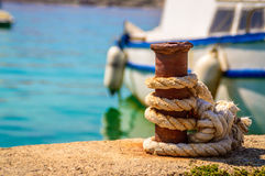 Łódź wiążąca molo na jaskrawym letnim dniu z błękitnym ocea lub morzem Fotografia Royalty Free