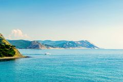 Łódź wychodzi morze w świetle słonecznym zdjęcie stock