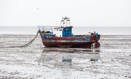 Łódź wyrzucać na brzeg na piaskach przy niskim przypływem Fotografia Royalty Free