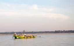 Łódź wzdłuż Irrawaddy rzeki w Bagan, Myanmar zdjęcia stock