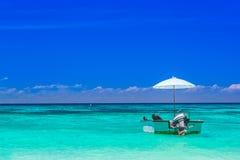 Łódź z błękitnym morzem przy Tachai wyspą, południe Tajlandia Zdjęcia Royalty Free
