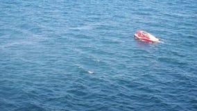 Łódź z ludźmi w morzu zbiory