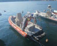 Łódź z nawigacyjnymi narzędziami egzekwowanie prawa na jeziornym gardzie obraz stock