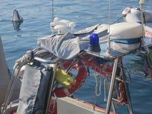 Łódź z nawigacyjnymi narzędziami egzekwowanie prawa na jeziornym gardzie obrazy stock