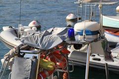 Łódź z nawigacyjnymi narzędziami egzekwowanie prawa na jeziornym gardzie zdjęcia royalty free