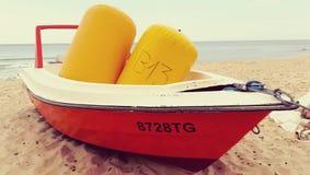 Łódź z pociesza na pokładzie stojaków na plaży obrazy stock