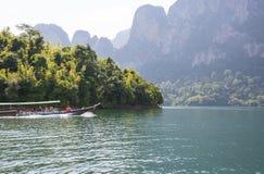 Łódź z turystami żegluje na jeziorze w Khao SOK parku narodowym Słoneczny dzień 22 2018 Grudzień zdjęcie stock