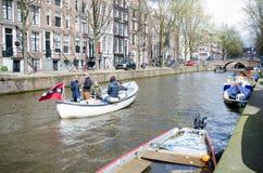 ŁÓDŹ z turystami na kanale Amsterdam, KWIECIEŃ - 2016 - Obrazy Stock