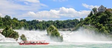 Łódź z turystami przy Rhine spada duże siklawy Europa, w Schaffhausen, Szwajcaria obraz stock
