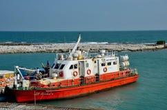 Łódź z załoga readying dla odjazdu przy schronieniem na Palk cieśniny Jaffna półwysepie Sri Lanka zdjęcia royalty free