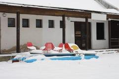 Łódź zakrywający śnieg w zimie obraz royalty free
