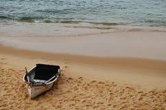 Łódź zatrzymująca w piasku obrazy stock