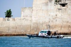 łódź zbliża się kamienną ścianę kasztel w morzu w diu Gujarat ind obrazy stock