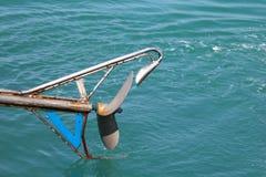 Łódkowaci śmigła wiruje w wodzie morskiej od silnik diesla długiego ogonu boatd obraz stock