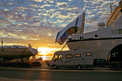 łódkowaci doki przewożą zmierzch obrazy royalty free