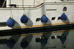Łódkowaci fenders i odbicie w wodzie fotografia royalty free