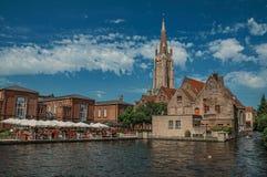 Łódkowaci i starzy budynki na kanałowym ` s ostrzą przy Bruges Obrazy Stock