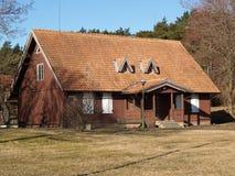 łódkowaci klaipeda Lithuania meridianas symbole jeden rozpoznawalni s żeglowania symbole Wiejski dom na Curonian mierzei Zdjęcia Stock