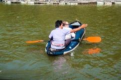 Łódkowaci podróżnicy żegluje na rzece Obraz Stock