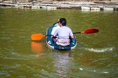 Łódkowaci podróżnicy żegluje na rzece Zdjęcia Royalty Free