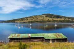 Łódkowata jata na zatoce przegapia łodzie na wodzie Zdjęcie Royalty Free