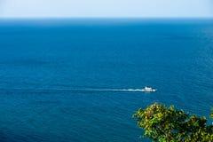 Łódkowata kipieli piany antena od podpierającego obmycia w błękitnym tropikalnym morzu zdjęcie royalty free