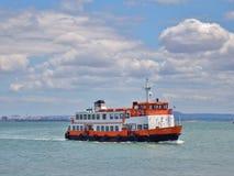 Łódkowata krzyżuje Tagus rzeka, Lisbon Obrazy Royalty Free