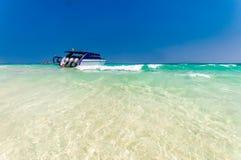 Łódkowata kurtyzacja przed białą piasek plażą Zdjęcia Stock