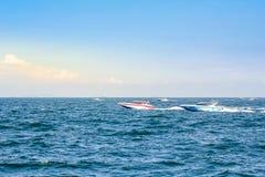 Łódkowata prędkości łódź na morzu z nieba naturalnym pięknem pattaya Thailand Zdjęcia Stock