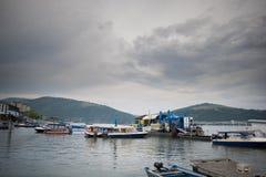 Łódkowata sceneria na ciemnym dniu na jeden wielkie rzeki w Europa Danube obraz royalty free