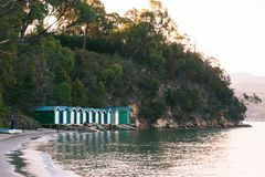 Łódkowate budy przy Coningham plażą, Huon dolina, Tasmania obrazy stock