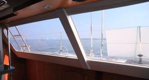 Łódkowatego porthole żaglówki widoku błękitnego oceanu nieba denny horyzont Zdjęcia Stock