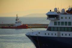 Łódkowaty łęk & czerwony holownik Fotografia Royalty Free