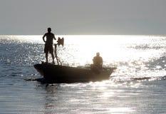 Łódkowaty żeglowanie daleko od Zdjęcia Stock