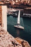 Łódkowaty żeglowanie na rzece w Marseille, Francja z zadziwiającą architekturą w tle zdjęcie stock
