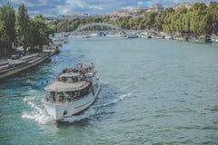 Łódkowaty żeglowanie na sjeny rzece Paryż, Francja - Obraz Royalty Free