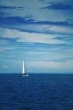 Łódkowaty żeglowanie przy Błękitnym morzem Obrazy Stock