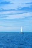 Łódkowaty żeglowanie przy Błękitnym morzem Zdjęcia Royalty Free