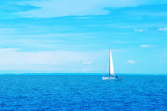 Łódkowaty żeglowanie przy Błękitnym morzem Zdjęcia Stock