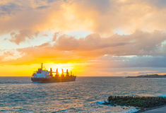 Łódkowaty żeglowanie przy morzem wzdłuż dajka przy zmierzchem Obraz Stock